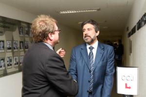 Gaúcho, presidente do Sinpol-DF, cumprimenta o senador Valdir Raupp, que relatou o projeto na CCJ (Fotos: Paulo Cabral/Sinpol-DF)