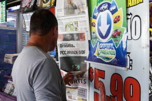 """""""Capa falsa"""" no Jornal de Brasília também é uma das estratégias (Foto: Paulo Cabral/Sinpol-DF)"""